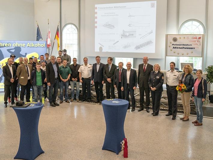 Gruppenbild mit den Verantwortlichen von Theodor-Litt-Schule (Gie0en), Dekra (Gießen), Technische Hochschule Mittelhessen (THM), der Üpolizei sowie weiteren Unterstützern, Spopnsoren und Helfern.