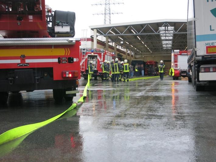 FW-AR: Verrauchte Produktionshalle in Arnsberg-Bruchhausen ruft Feuerwehr auf den Plan