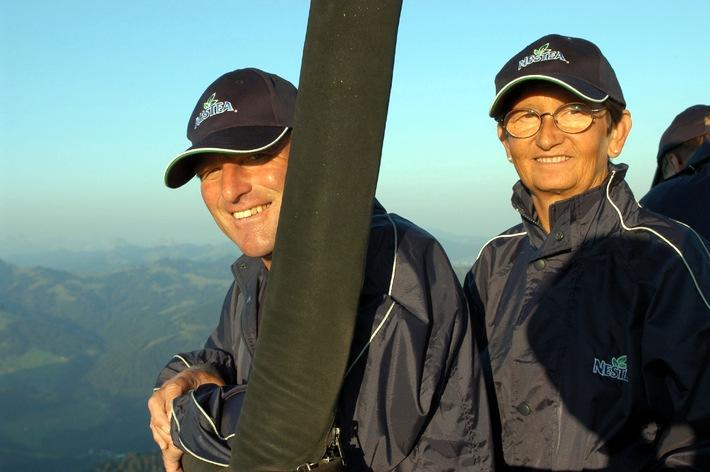 Les gagnants et les gagnantes du concours Nestea découvrent la Suisse centrale en montgolfière