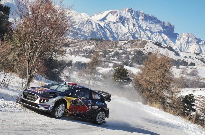 """Mit einem Sieg und Platz drei bei der legendären Rallye Monte Carlo ist der neue Ford Fiesta WRC von M-Sport nahezu perfekt in die diesjährige Rallye-Weltmeisterschaft gestartet. Die beiden Titelverteidiger Sébastien Ogier/Julien Ingrassia erreichten das Ziel im Mittelmeer-Fürstentum nach 16 absolvierten Wertungsprüfungen (WP) über eine Gesamtlänge von 377,15 Kilometer mit einem Vorsprung von 2:15 Minuten. Bei schwierigen Witterungsbedingungen und einsetzendem Schneefall sicherten sich Ott Tänak und Martin Järveoja dank eines Husarenritts über die letzte WP noch den Sprung aufs Podium. Weiterer Text über ots und www.presseportal.de/nr/6955 / Die Verwendung dieses Bildes ist für redaktionelle Zwecke honorarfrei. Veröffentlichung bitte unter Quellenangabe: """"obs/Ford-Werke GmbH"""""""