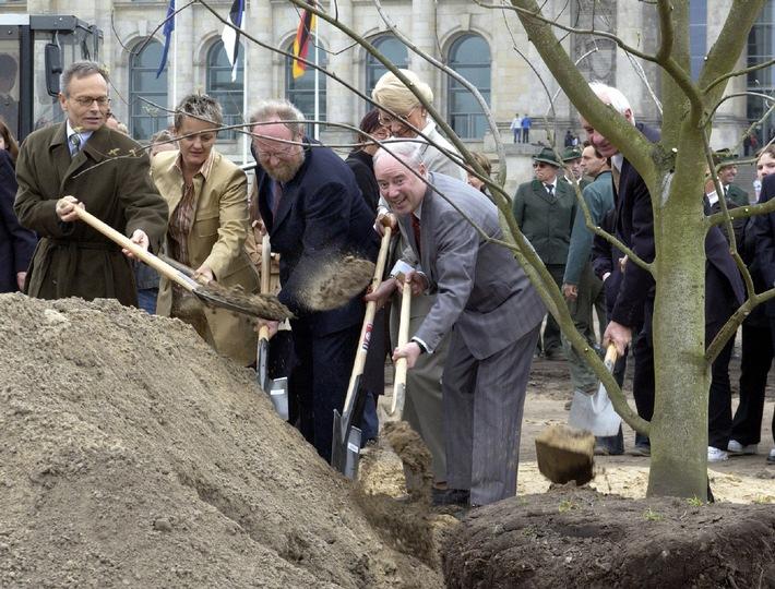 50 Jahre Tag des Baumes: Fielmann stiftet 100.000 Bäume / Bundestagspräsident Thierse, Ministerin Künast und Fielmann pflanzen vor dem Reichstag