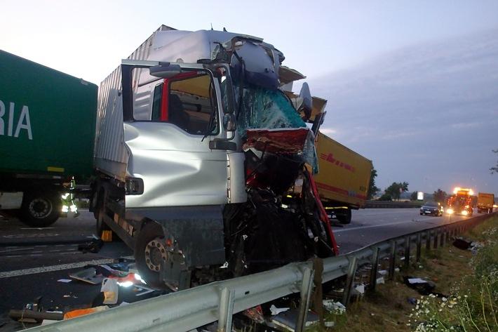 POL-VDMZ: Lkw prallt auf Stauende