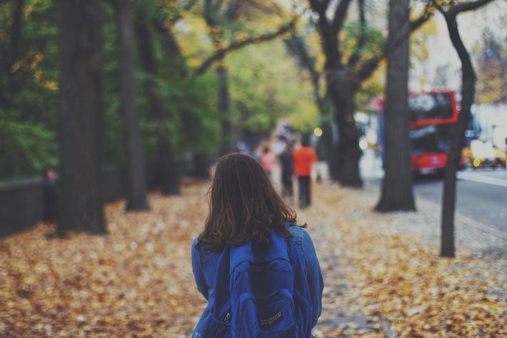 Ob zu Fuß, mit dem Auto, dem Fahrrad oder dem Bus: auf dem Schulweg gibt es viel zu beachten