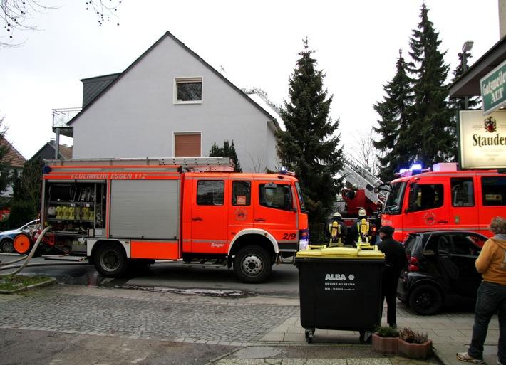 FW-E: Feuer im ausgebauten Dachgeschoss eines Reihenhauses in Essen-Freisenbruch, keine Verletzen