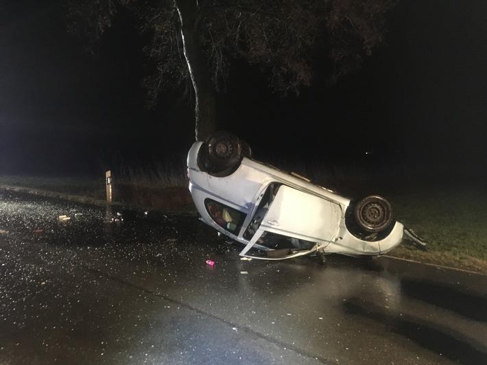 FW Lage: Verkehrsunfall - PKW kollidiert mit Baum und bleibt auf dem Dach liegen - 14.01.2017 - 4:50 Uhr