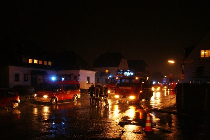 FW-AR: Gemeldeter Wohnungsbrand sorgt für großen Feuerwehreinsatz in Oeventrop