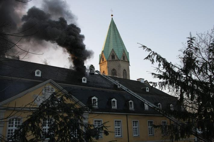 FW-E: Großbrand in Folkwang Hochschule, Dach des Ostflügels Raub der Flammen