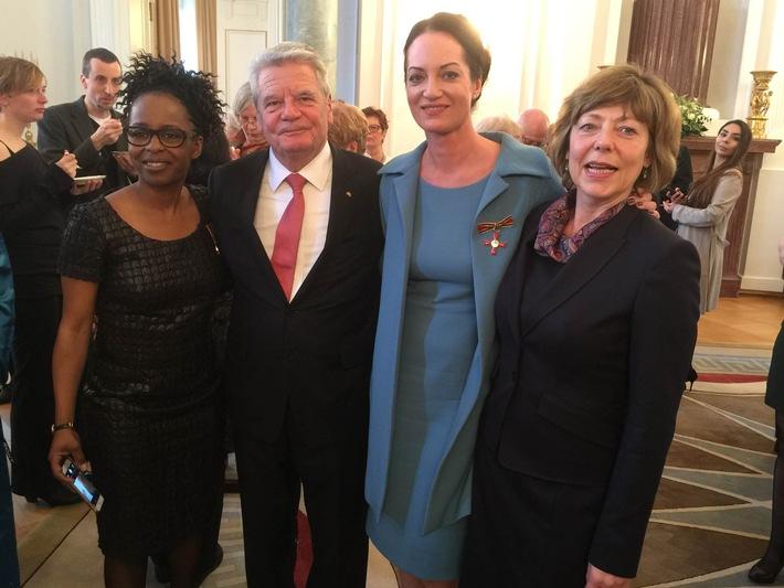 Natalia Wörner und Shary Reeves ausgezeichnet: Bundesverdienstkreuz für Kindernothilfe-Botschafterinnen