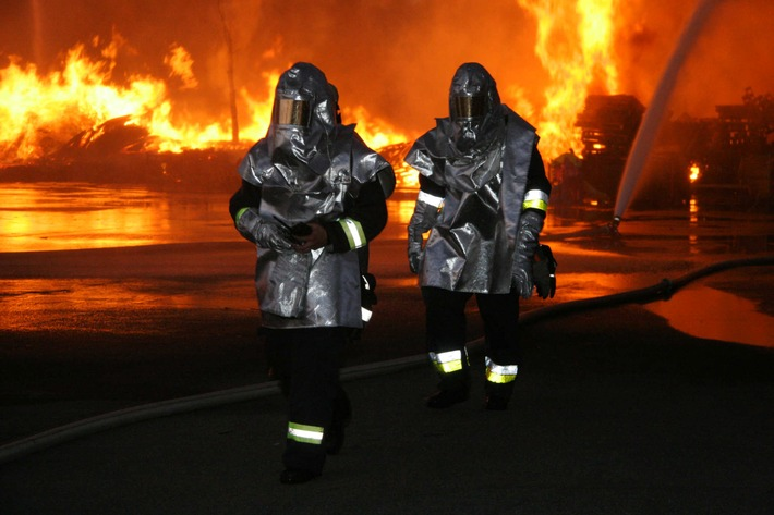 FW-E: 2500 m² Holzpaletten Raub der Flammen, zwei Feuerwehrmänner bei Löscharbeiten verletzt