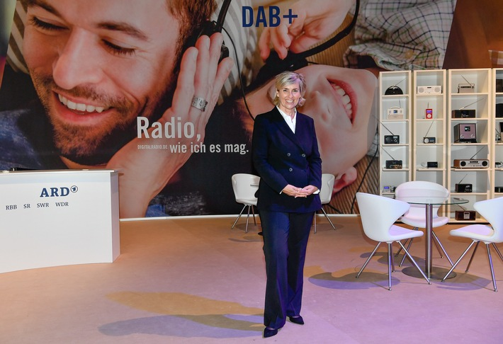 ARD-Vorsitzende und MDR-Intendantin Prof. Karola Wille besucht den ARD-Messestand Digitalradio DAB+