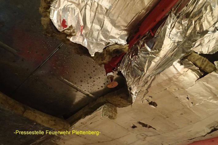 FW-PL: OT-Stadtmitte. Bei Umladearbeiten mit Warenpalette Sprinklerkopf abgerissen. Mehrere hundert Liter Wasser ergossen sich ins Warenlager eines Kaufhauses.