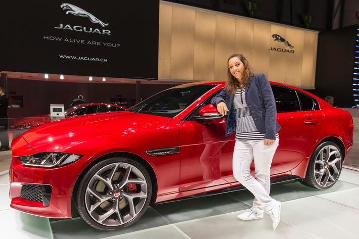 La joueuse de golf professionnelle Anaïs Maggetti effectue son swing au Salon de l'Automobile de Genève