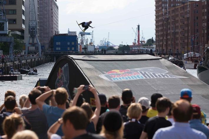 """Die HafenCity Hamburg als Kulisse der weltbesten Wakeboarder beim """"Red Bull Rising High"""""""