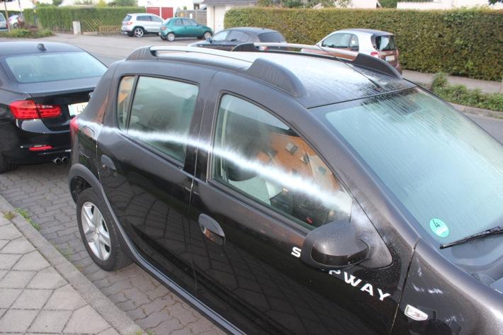 POL-SO: Lippstadt - Reihenweise Fahrzeuge besprüht und Reifen zerstochen
