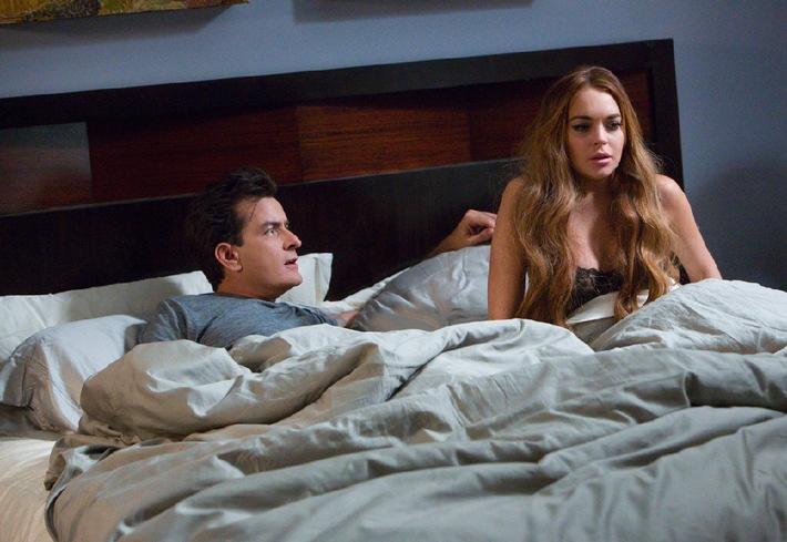SCARY MOVIE 5 - Charlie Sheen im Bett mit Lindsay Lohan