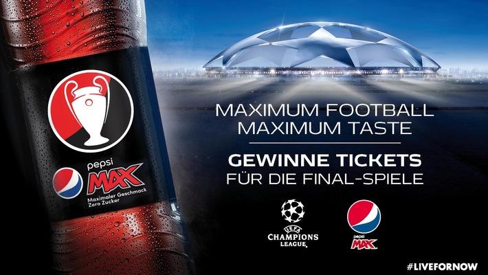 Das 2016 Pepsi MAX Fußballteam zieht die Blaue Karte