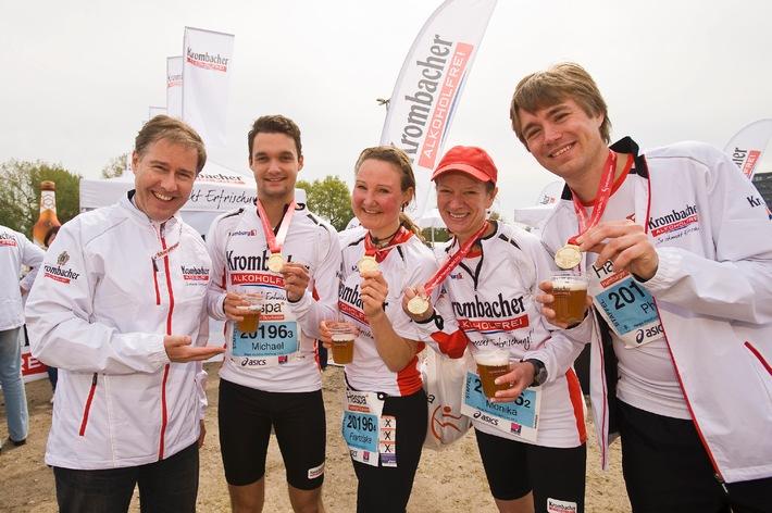 Krombacher Alkoholfrei Staffel absolviert erfolgreich Haspa Marathon Hamburg - Glückwünsche und Verpflegung durch Markenbotschafter Ulrich Meyer