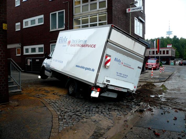 FW-E: Riss in Wasserleitung lässt Lieferwagen stranden