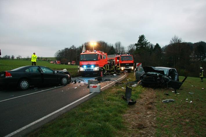 FW-E: Schwerer Verkehrsunfall in Essen-Schuir, acht Personen verletzt, zwei Rettungshubschrauber im Einsatz
