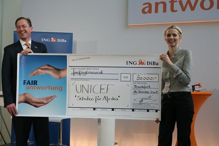 ING-DiBa unterstützt UNICEF mit 50.000 Euro (mit Bild) / UNICEF-Vorstand Dr. Jürgen Heraeus und UNICEF-Patin Eva Padberg nahmen den Spendenscheck in Frankfurt entgegen