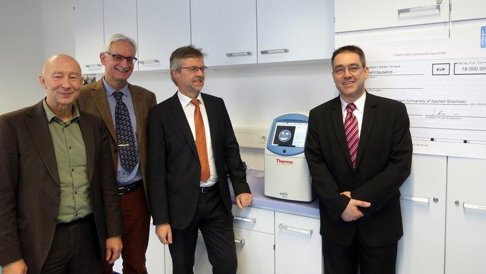 Fonds der Chemischen Industrie fördert Hochschule Fresenius in Idstein / 18.000 Euro für mehr Experimente im Master-Studiengang Bio- und Pharmaceutical Analysis