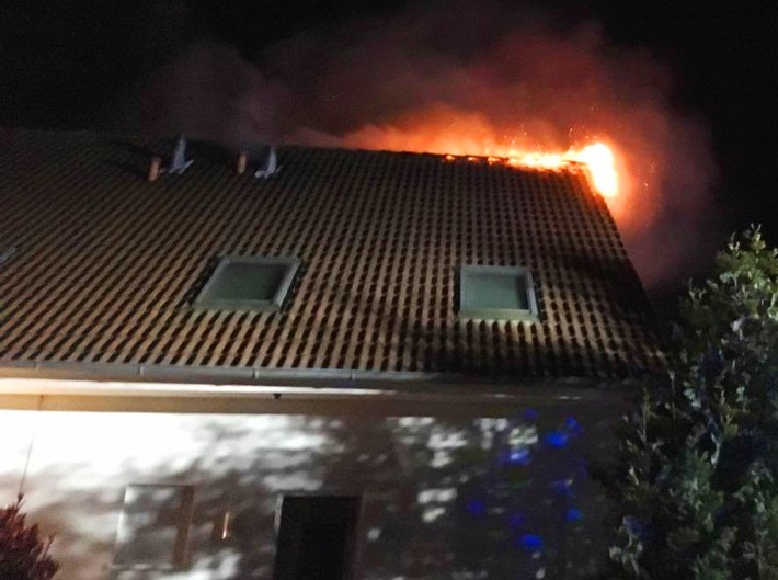 POL-HM: Brand eines Doppelhauses
