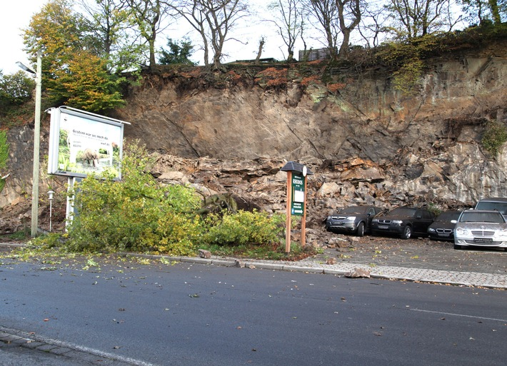 FW-E: Etwa 1000 Kubikmeter Geröll abgerutscht, Stellfläche eines Autohändlers betroffen, ein Mehrfamilienhaus geräumt