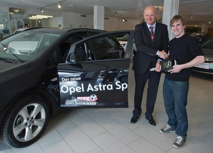 """Markus Hubacher, Gewinner der Casting-Show """"Einer wie Beni Thurnheer"""", unterwegs im Opel Astra Sports Tourer"""