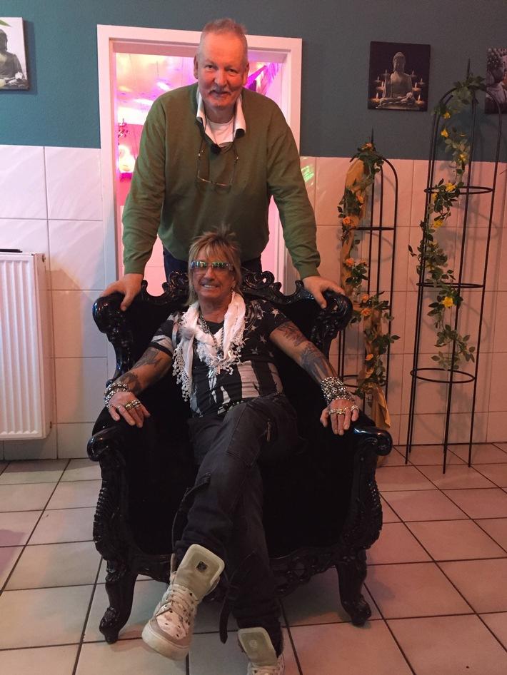 """""""Auch ich kenne mich mit Möpsen aus."""" Tamme Hanken besucht Rotlicht-Legende Bert Wollersheim im Weihnachts-Spezial von """"Tamme Hanken - Der Knochenbrecher on tour"""" am 22. Dezember 2015 bei kabel eins"""
