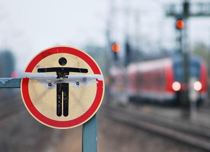 Bei Aufenthalt im Gleisbereich besteht Lebensgefahr!