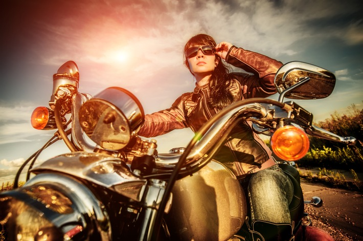 Frauen fahren ab auf Töffs und Roller