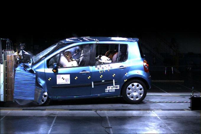 """Un septième véhicule Renault primé pour sa sécurité - MODUS: première """"petite"""" voiture à décrocher """"5 étoiles"""" Euro NCAP"""
