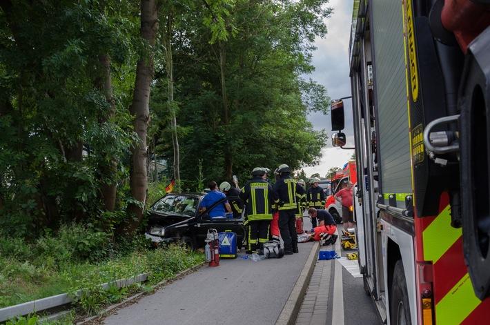 FW Menden: Verkehrsunfall - PKW gegen Baum