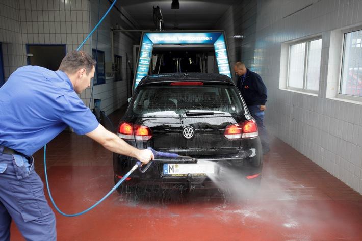 Auto waschen ohne Ärger: ADAC-Tipps rund um Waschanlagen und Co.