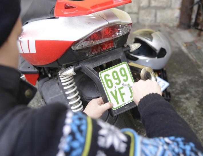 Kleine Ursache - große Wirkung / Tipps für den Alltag / Farbe wechsle dich / Neue Kennzeichen für Mofas, Mopeds und Co.
