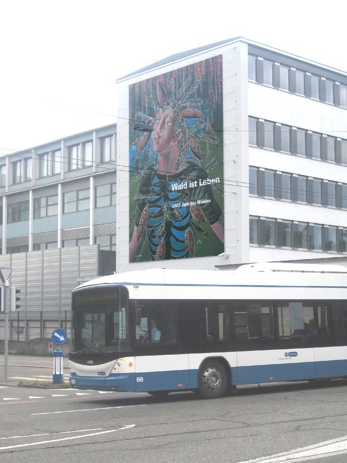 """Medien-Einladung zur Präsentation des Mega-Posters (12x9m) """"Wald ist Leben"""" von und mit Hans Erni / """"Wald ist Leben"""" - der umweltpolitische Beitrag Erni's zum Internationalen Jahr des Waldes 2011 der UNO"""