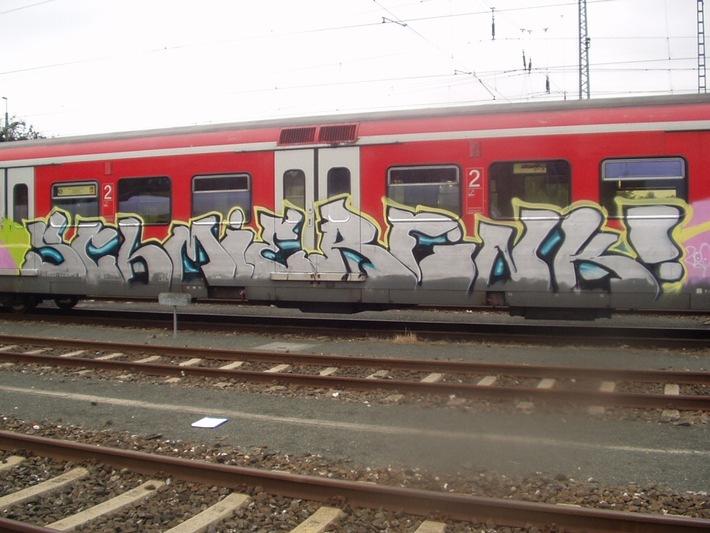 POL-MFR: (1663) S-Bahnzug in Altdorf besprüht - drei jugendliche Sprayer festgenommen - Bildveröffentlichung