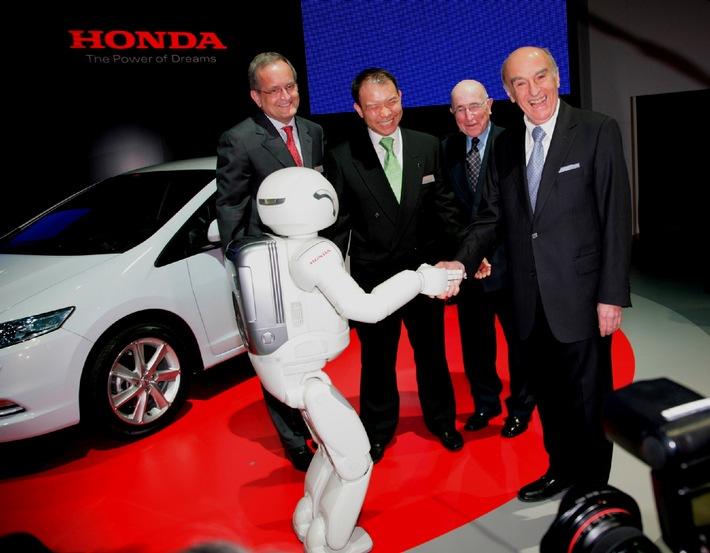 79. Internationaler Automobilsalon Genf 2009: Honda-Roboter Asimo begrüsst Bundespräsidenten Hans-Rudolf Merz