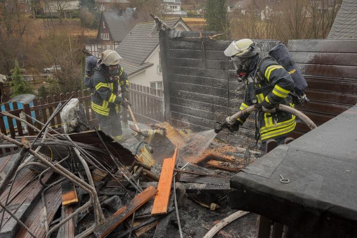 FW-OE: Brennende Hollywood-Schaukel - Bewohner bei löschversuchen leicht verletzt