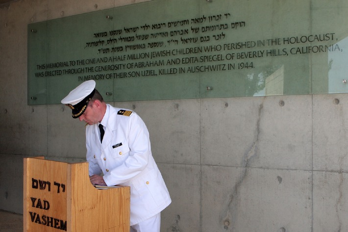 Marine - Pressemitteilung: Deutsche Marine besucht Israel - Gedenken an die Holocaust-Opfer