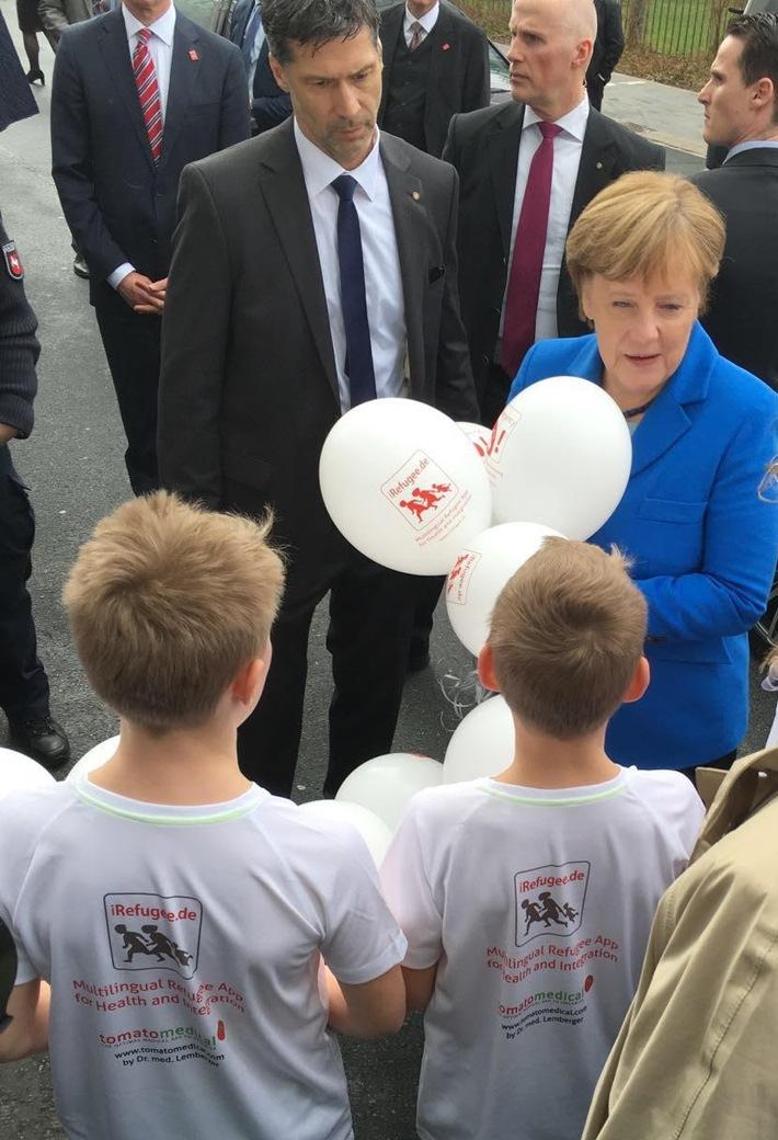 Cebit-Rundgang: Kanzlerin Merkel kriegt Luftballons geschenkt - kleiner Albert macht auf Flüchtlingsapp iRefugee.de & Gesundheitsapp tomatomedical aufmerksam