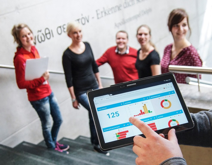 Befragungstool der FH Kufstein Tirol mit Innovationspreis ausgezeichnet - BILD