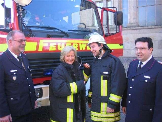 FW-LFVSH: Feuerwehr-Mitmachtage kommen sehr gut an!  500. Feuerwehrmann in Kiel eingekleidet