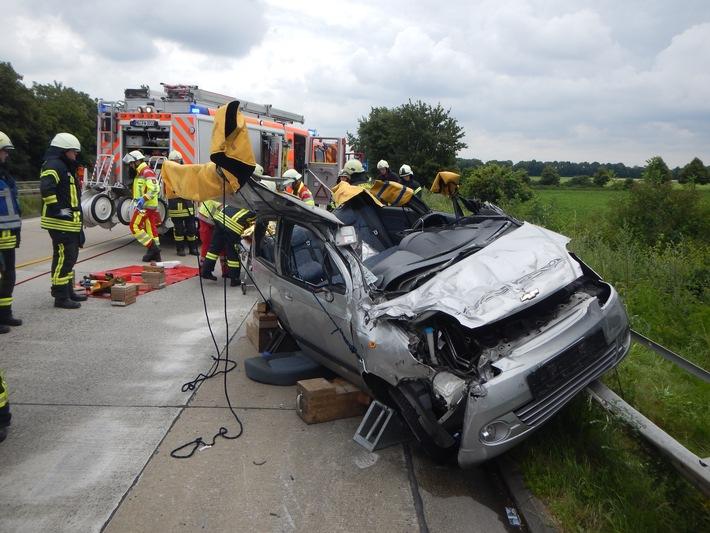 FW-MG: PKW-Fahrer eingeklemmt