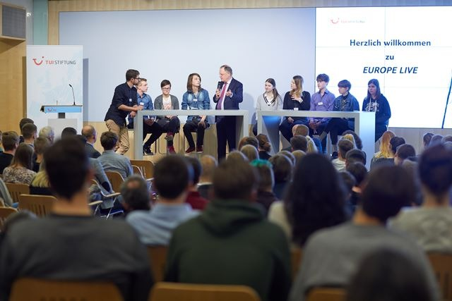 TUI Stiftung: Schüler diskutieren mit Ministerpräsident Stephan Weil über Europa