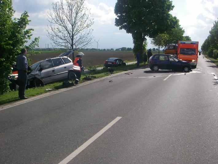 POL-DN: Erheblicher Sachschaden und Verletzte bei Verkehrsunfall auf der B 264