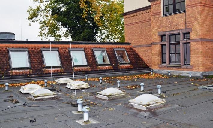 Beschädigte Fenster auf dem Dach des Von-Campe-Gymnasiums