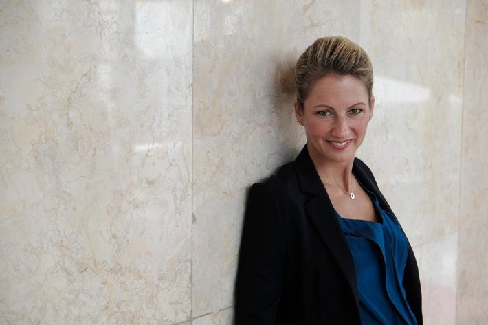 "ARD-Börsenkorrespondentin Sissi Hajtmanek moderiert die 18. Benefizgala ""Lions Club Frankfurt - Alte Oper"", am 10. Oktober, dem ""Internationalen Tag der Optimisten"""