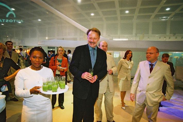 Bundesumweltminister Jürgen Trittin besucht Autostadt auf der ITB 2002