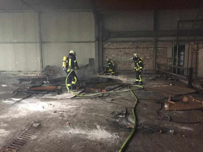 FW-GE: Brand in leerstehender Lagerhalle